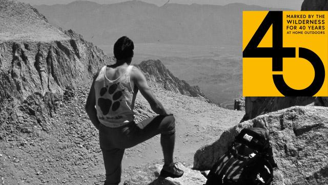 Ein Wanderer ruht am Gipfel aus
