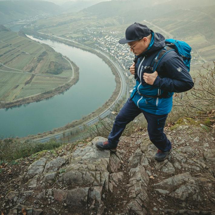 Wanderer mit Ausblick auf Fluss