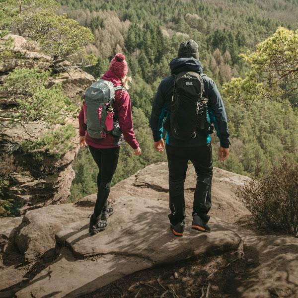 Zwei Wanderer mit Rucksäcken