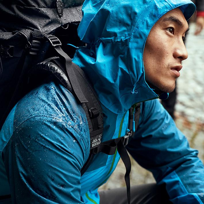 Mann mit Regenjacke