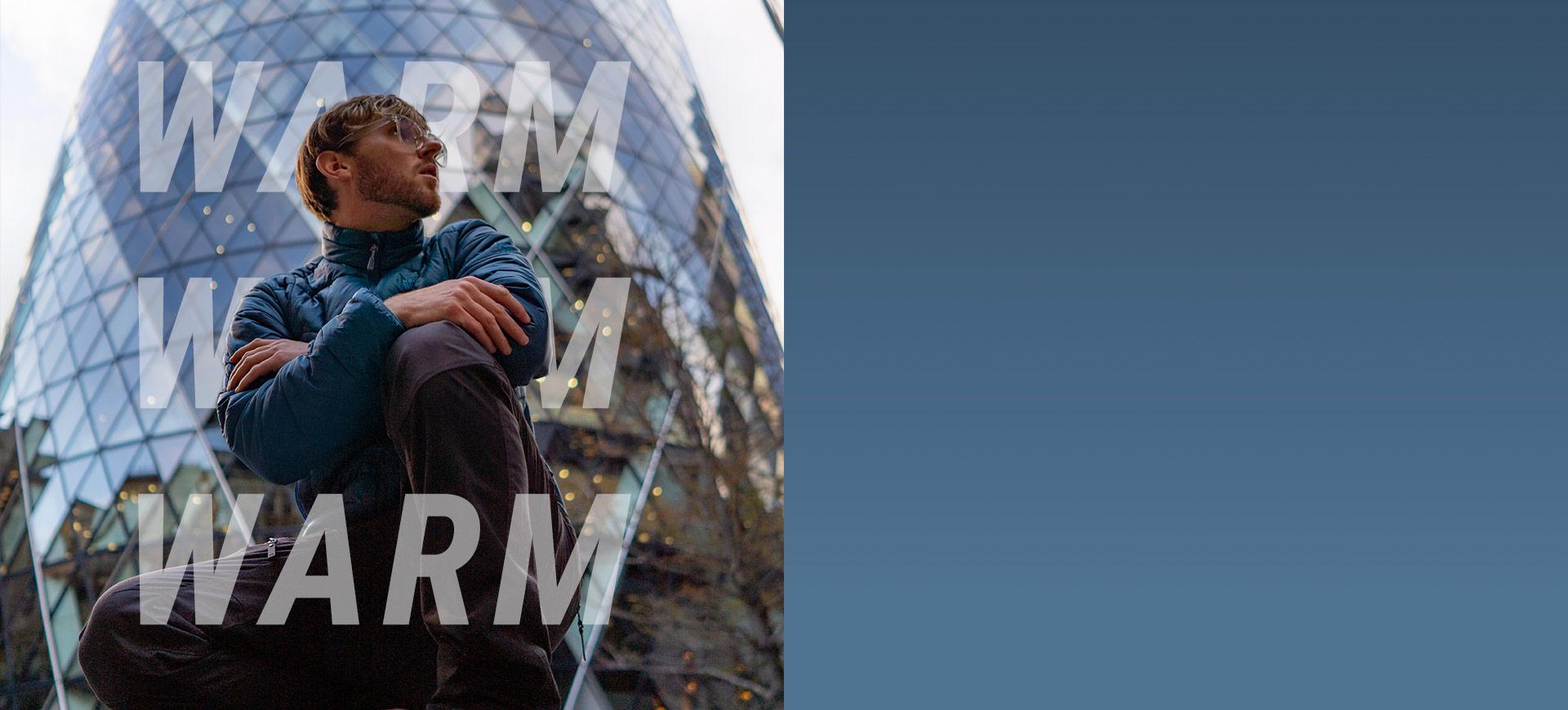 Mann posiert vor Gebäude