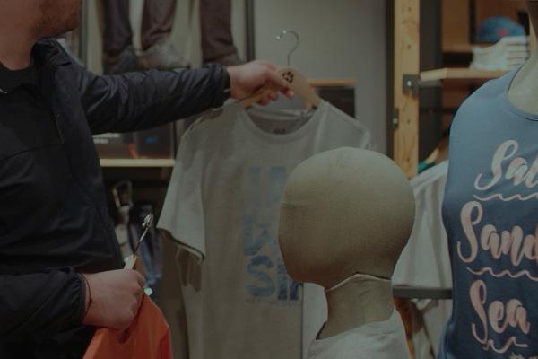 Personen beim Shopping im JACK WOLFSKIN Store