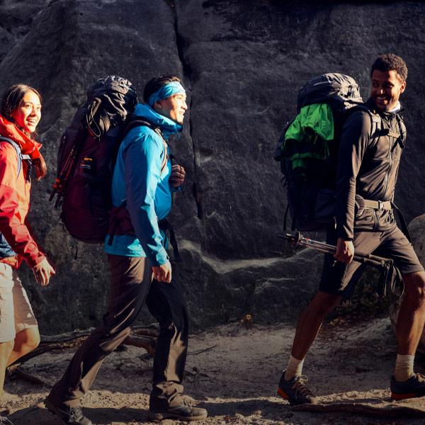 Drei Wanderer mit großen Rucksäcken